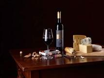 Möchten Sie unsere Weine näher kennen lernen, mit Freunden etwas Genüssliches erleben, oder Ihren Lieben eine besondere Freude machen? Dann liegen Sie mit einer Weinprobe bei uns genau richtig.